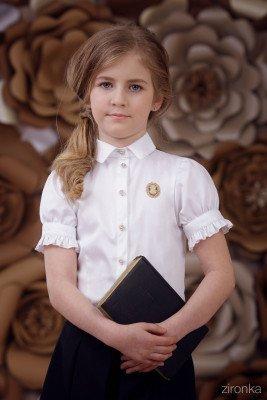 Блузка с брошью и оборками